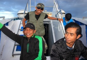 Happy_team_of_Malia_tours_on_the_boat_to_Luwuk.JPG